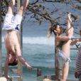 Daniele Hypólito e o irmão, Diego, mostram flexibilidade e boa forma na praia, no Rio de Janeiro, nesta sexta-feira, 24 de junho de 2016