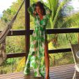 Em Fernando de Noronha, Marina Ruy Barbosa ficou superdescontraída com vestido fendado da marca Agilità