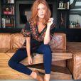 Com as calças jeans básicas, Marina Ruy Barbosa comnia blusas detalhadas e sapatos de salto