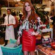 Saia de couro vermelha foi o diferencial do look de Marina Ruy Barbosa durante evento de moda