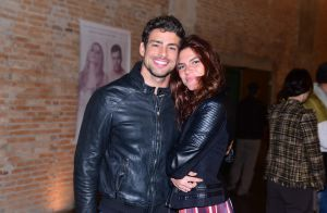 Cauã Reymond leva a namorada, Mariana Goldfarb, para o teatro em SP