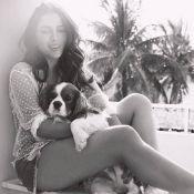 Anitta aproveita folga ensolarada na companhia de cachorro: 'Domingo em casa'
