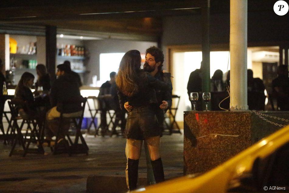 Maurício Destri foi flagrado em clima de romance com uma morena em um bar na Barra da Tijuca, no Rio; após o papo ambos seguiram para um hotel, na noite de domingo, 26 de junho de 2016