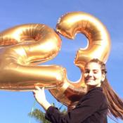 Camila Queiroz festeja aniversário de 23 anos com família e amigos. Fotos!