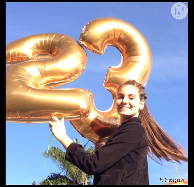 Camila Queiroz festeja aniversário de 23 anos com família e amigos