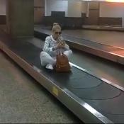 Ana Hickmann brinca em esteira de bagagens após viagem à Angola. Vídeo!