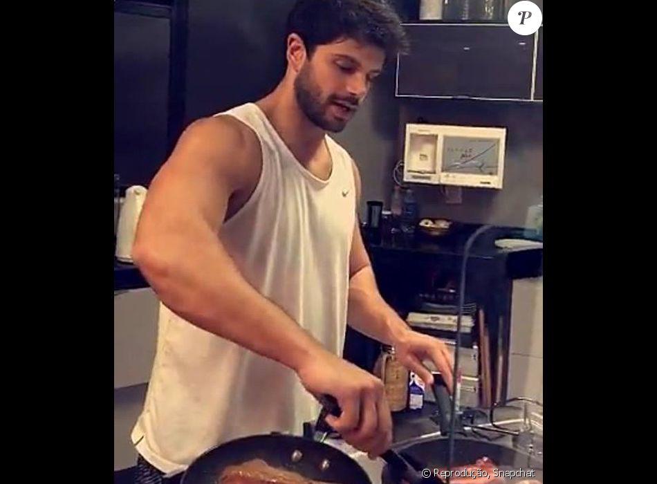 Duda Nagle cozinha para a namorada, Sabrina Sato: 'Muita carne'