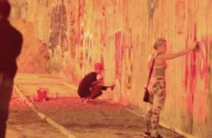Justin Bieber grafita muro e malha em barra da praia de São Conrado, no Rio