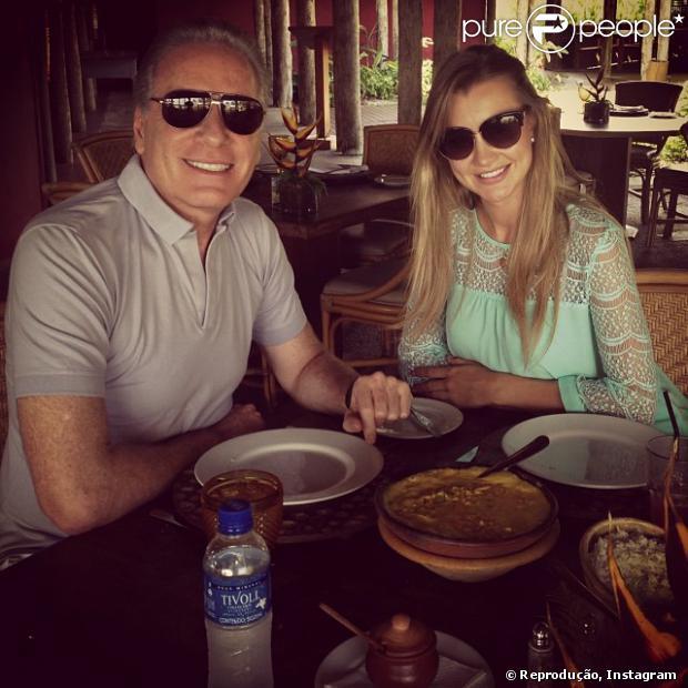 Roberto Justus e a namorada, Ana Paula Seibert, curtem almoço na Bahia na tarde desta terça-feira, 5 de novembro de 2013