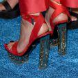 Vermelha com salto dourado rico em detalhes, a sandália não sai por menos de 1,5 mil