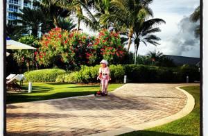 Rafaella Justus anda de patinete durante férias em Miami, nos EUA