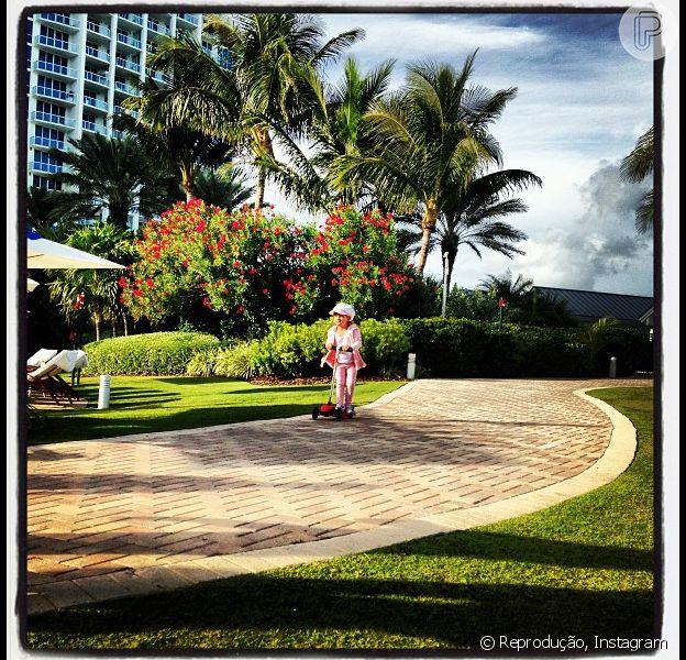 Rafaella Justus anda de patinete em Miami, nos Estados Unidos, em 26 de dezembro de 2012