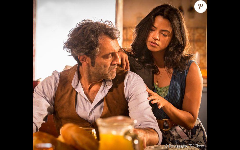 Santo (Domingos Montagner) avisa Luzia (Luzy Alves) que ela vai perdê-lo, e defende Tereza (Camila Pitanga) durante uma briga com a dona de casa, na novela 'Velho Chico', em julho de 2016