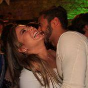 Ex-BBBs Cacau e Matheus trocam beijos em festa na casa de Wolf Maia, no RJ