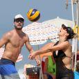 Fernanda Lima e Rodrigo Hilbert costumam jogar vôlei em praia da Zona Sul do Rio de Janeiro
