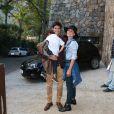 Juliana Silveira marcou presença na festa junina na casa com o marido, John Vergara, e o filho, Bento