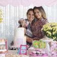 Deborah Secco comemorou mais um 'mêsversário' da pequena Maria Flor, nesta segunda-feira, 4 de julho de 2016
