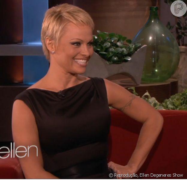Pamela Anderson exibiu o novo visual, joãozinho, no programa de Elle Degeneres