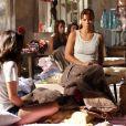 Morena (Nanda Costa) e Jéssica (Carolina Dieckmann) treinam engolir uvas para transportar drogas em viagem de volta ao Brasil