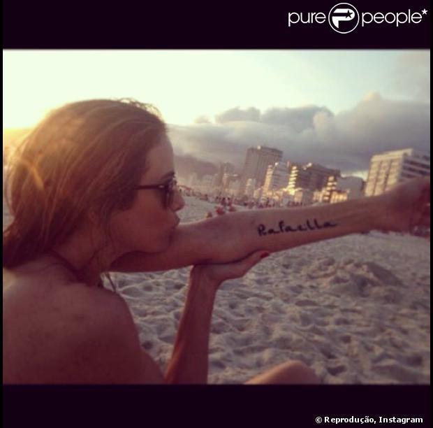 Ticiane Pinheiro exibe a tatuagem de henna no braço esquerdo com o nome da filha, a pequena Rafaella Justus, fruto do relacionamento com o empresário Roberto Justus, neste domingo, 10 de novembro de 2013