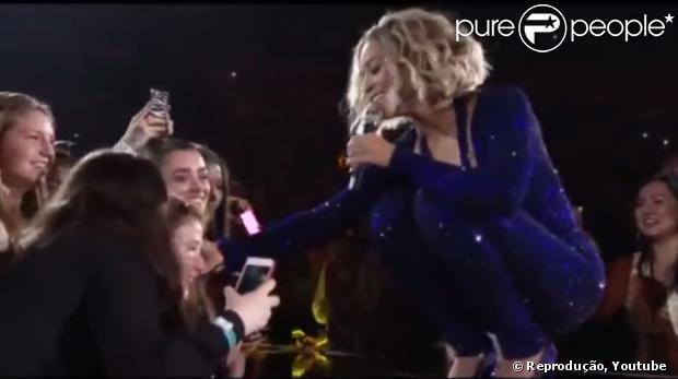 Beyoncé canta para Sophie, menina de 13 anos que é cega e tem paralisia cerebral, em 12 de novembro de 2013