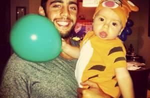 Luana Piovani e Pedro Scooby vestem o filho, Dom, de Tigrão em festa de 9 meses