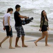 Tatá Werneck rola na areia e entra no mar de roupa em gravações de 'Amor à Vida'