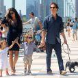 Matthew McConaughey e Camila Alves, ainda grávida, caminham com os filhos Levi, de 4 anos, e Vida, de 3 anos