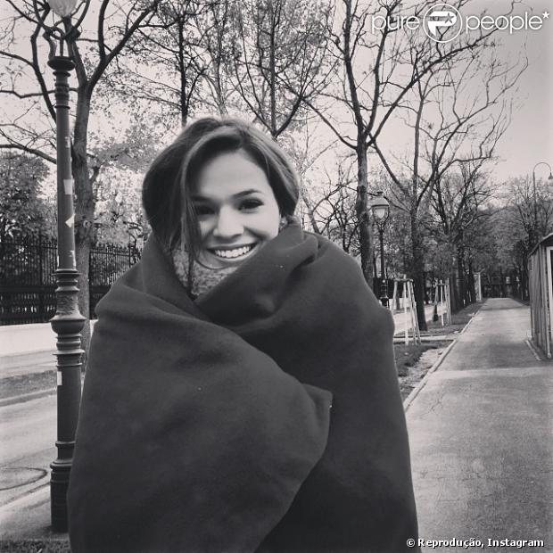 Bruna Marquezine fica resfriada e reclama no Instagram: 'A bolsa cheia de remédio e bora trabalhar', escreveu em 29 de novembro de 2013