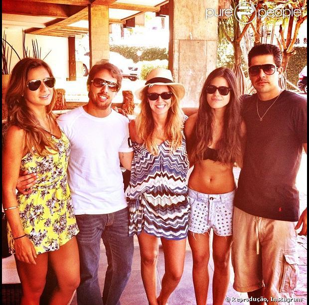 Antonia Morais publicou uma foto ao lado dos primos, na qual aparece mostrando a boa forma, nesta segunda-feira, 31 de dezembro de 2012