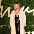 Kate Moss usa vestido Alexander McQueen da coleção Primavera 2014 com casaco de pele no British Fashion Awards 2013, em 2 de dezembro de 2013