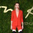 A modelo britânica Rosie Huntington-Whiteley optou por terninho da gride Antonio Berardi. Os sapatos são Christian Louboutin e joias Anita Ko