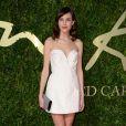 Alexa Chung usa vestido curto branco de Stella McCartney