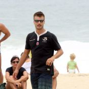 Rodrigo Hilbert joga vôlei de praia na companhia dos filhos João e Francisco