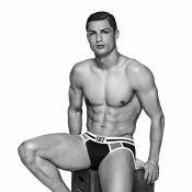Cristiano Ronaldo posa de cueca para promover nova coleção de sua marca