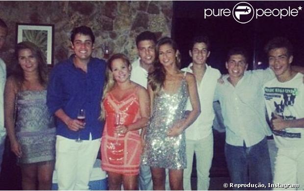 Ronaldo posa abraçando a DJ Paula Morais em foto publicada no Instagram no dia 31 de dezembro de 2012