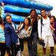 Paula Morais posa com participantes do reality 'Viagem sem fim'
