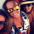 Paula Morais, de biquíni laranja, posta foto com Ione, irmã de Ronaldo, e Maria Morais