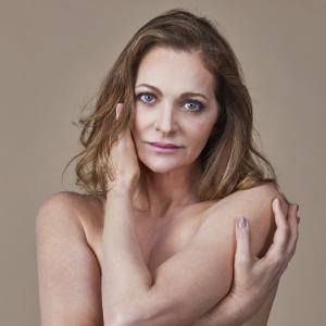 Alexandra Richter. Foto do site da Pure People que mostra Alexandra Richter faz topless para campanha contra câncer de mama. Veja fotos!