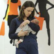 Carolina Kasting relata problema com filho: 'Tem espasmos no estômago ao mamar'