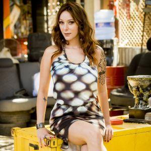 Caroline Abras. Foto do site da Pure People que mostra Caroline Abras posta foto nua durante banho de rio com amiga e mostra boa forma