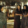 Léia (Beth Goulart) e Samara (Paloma Bernardi) vasculham a tenda de Adara (Yaçanã Martins) para encontrar as estatuetas de deuses cananeus e as escondem no forno do acampamento, na novela 'A Terra Prometida'