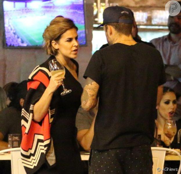 Pedro Scooby é visto em bar na companhia da atriz da Record Robertha Portella
