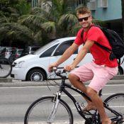 Rodrigo Hilbert inicia semana com passeio de bicicleta na orla da praia, no RJ