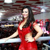 Carnaval: Viviane Araújo exibe curvas com look decotado em noite de samba