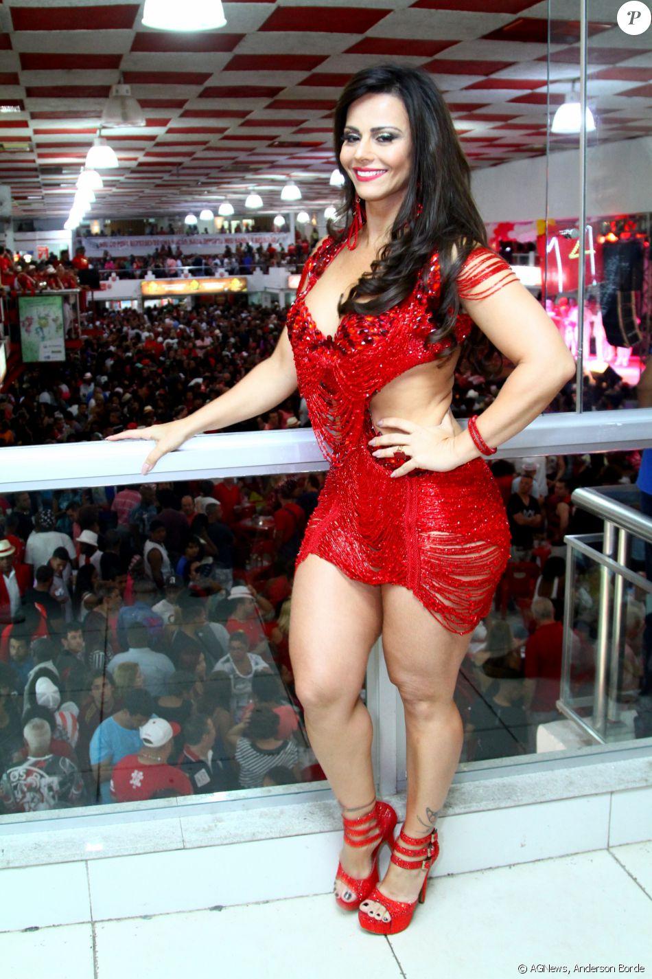 Viviane Araujo marcou presença na madrugada desta quarta-feira, 12 de outubro de 2016, na quadra da Salgueiro