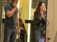 Isis Valverde passeia com namorado e visita joalheria em shopping do Rio. Fotos!