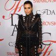 O vestido superfechado  Proenza Schoule  de Kim Kardashian deixava lingerie aparente, o que deu o efeito sexy ao look