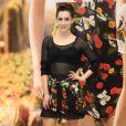 Sophia Abrahão prestigiou evento da marca Riachuelo com blusa transparente com top à mostra, dando sensualidade ao look roqueiro