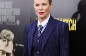 Kim Basinger chama atenção ao usar conjunto masculino Ralph Lauren em première